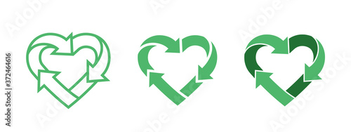 Photo Green heart shape symbol with arrows. Recycle logo