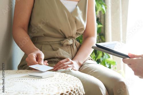 Fototapeta エステサロンでキャッシュレス決済をする日本人女性