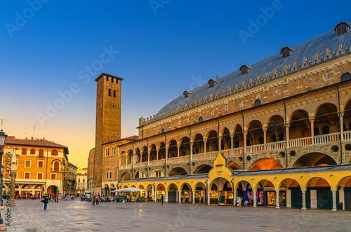 Palazzo della Ragione medieval town hall and palace of justice building, Torre d Billede på lærred