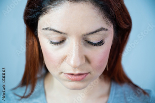 Canvastavla Caucasian woman with extended eyelashes in one eye for comparison