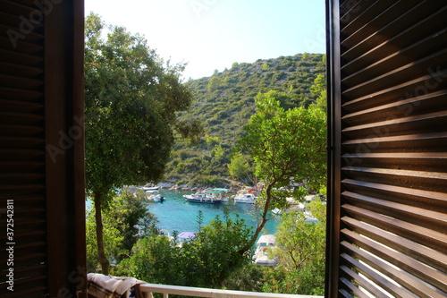 Widok z pokoju hotelowego na zatokę Hvar w Chorwacji. - 372542811