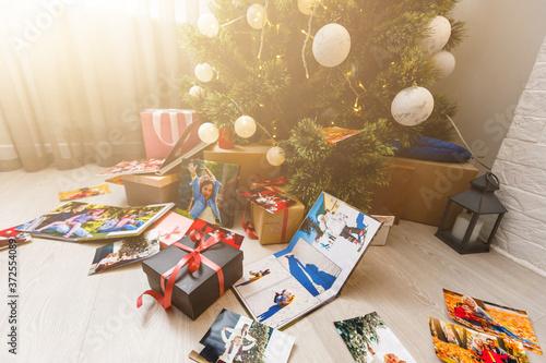 Obraz family photo album near the Christmas tree - fototapety do salonu