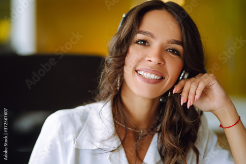Papel de parede Portrait of operator woman agent with headsets working in a call centre