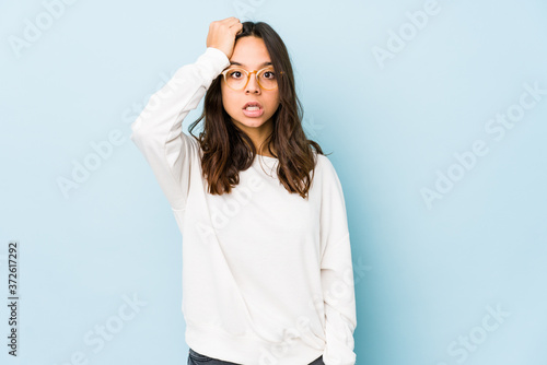 Young mixed race hispanic woman isolated being shocked, she has remembered important meeting Fototapete