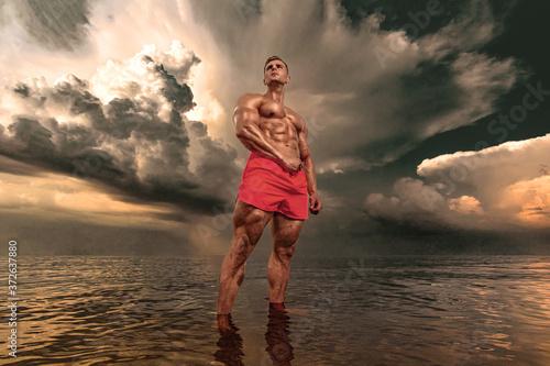 Fényképezés Fit athlete bodybuilder in the sea