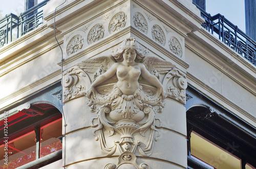 Foto figurehead statue on the corner of a historic buildind in Amsterdam
