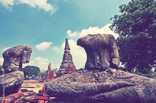 Photo Ancient headless Buddha images in temple historical park in Thailand