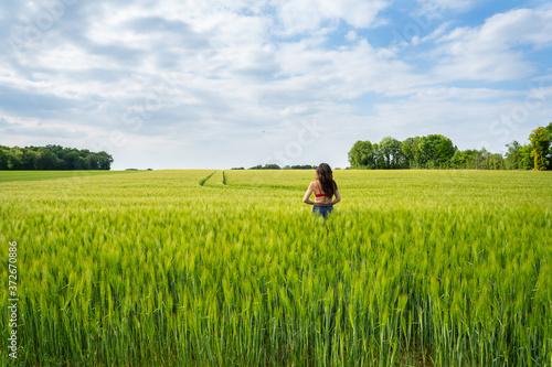 Fototapeta femme dans les champs