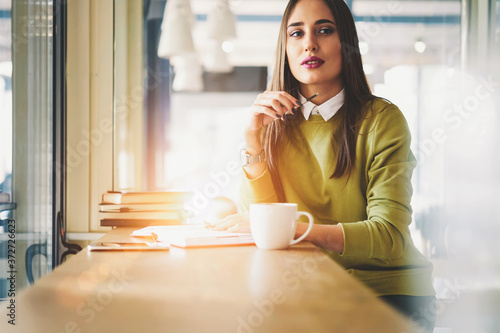 Foto Confident female executive manager concentrated on creating strategy for project