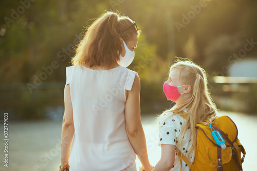 Fotomural young mother and child coming back from school outside