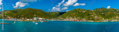 Fotografia The wooded hilltops above Road Town dotted with colourful houses in Tortola