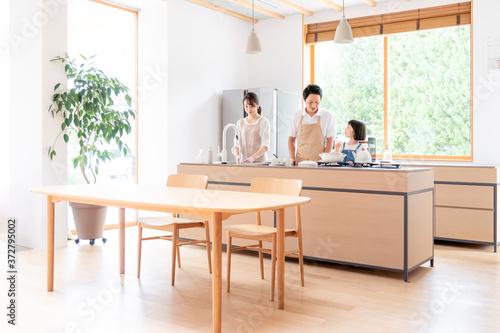 キッチンで料理する家族・ファミリー Billede på lærred