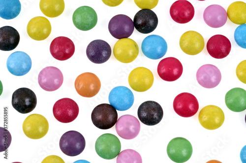 Fototapeta Bonbons de différentes couleurs en gros plan sur fond blanc