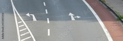 Obraz na plátně Straße mit Richtungspfeilen, Nordrhein-Westfalen, Deutschland, Europa