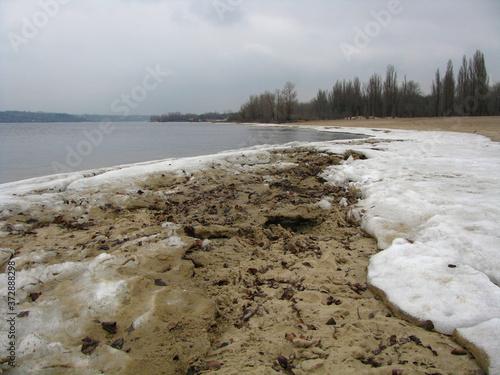 Zamarznięty brzeg rzeki z kawałkami lodu, Zaporoże, Ukraina - fototapety na wymiar