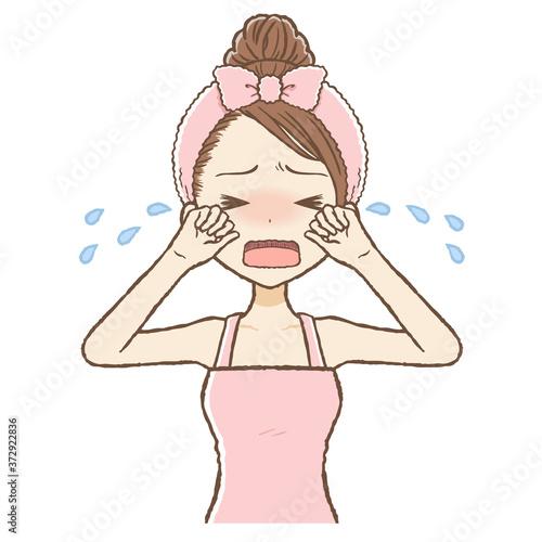 Photo ルームウエアを着た女性が大泣きしている 上半身