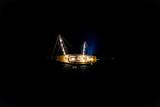 Boot bei Nacht aus der Luft