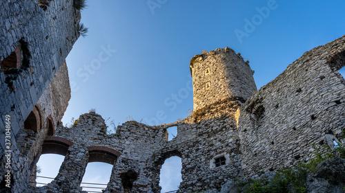 Obraz na płótnie ruiny zamku leżącego na Jurze Krakowsko-Częstochowskiej, wybudowanego w systemie tzw