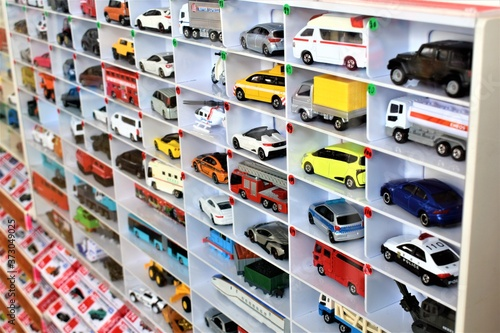 Foto Diecast model cars are displayed for sale on a shelf in a toy store