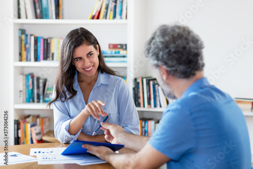 Fotomural Young indian businesswoman signing contract after job interview