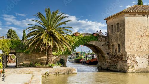 Fototapeta Alte Brücke über den Canal du Répudre, Ginestas, Occitanien, Frankreich