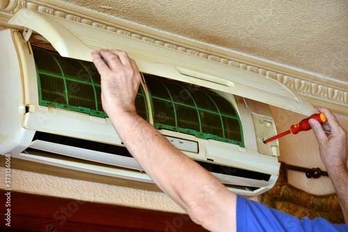 Reparación de un aparato de aire acondicionado Wallpaper Mural