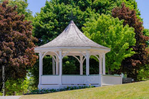Carta da parati White gazebo (bandstand) along  Niagara River during summer, in Queen's Royal Pa