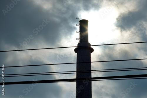 Fototapeta 雲の切れ間と逆光と煙突