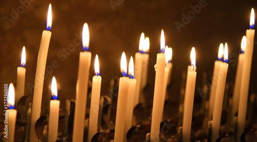 Obraz na plátně Brennende Kerzen in einer Kirche