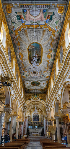 Fotografie, Obraz l'interno di una chiesa di matera, catturato con un ampio angolo di campo