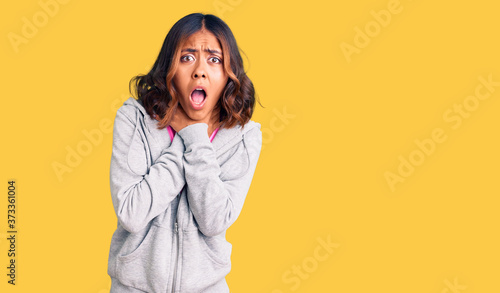 Photo Young beautiful mixed race woman wearing casual sporty clothes shouting and suffocate because painful strangle