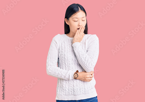 Photo Young beautiful chinese woman wearing casual sweater bored yawning tired covering mouth with hand