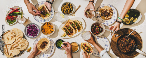 Fotografia Friends having Mexican Taco dinner