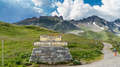 Wegweiser in den Bergen am Comet de Roselend, Auvergne-Rhône-Alpes, Frankreich Poster Mural XXL