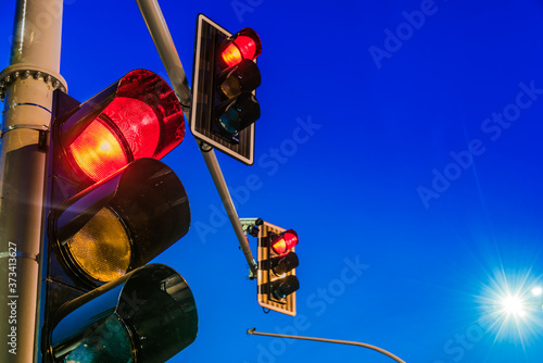 Photo Traffic lights over urban intersection