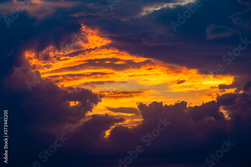 Photo fiery window in the clouds at sunset