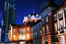 東京駅の幻想的な夜