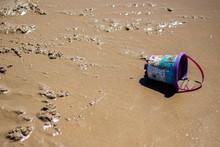 Cubo De Playa Perdido En La Ar...