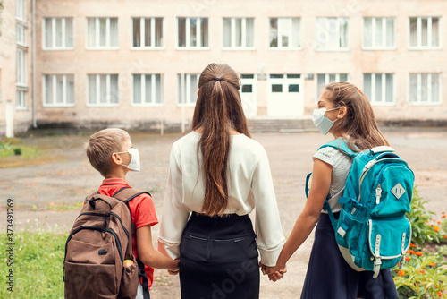 Foto Siblings come to school after a long quarantine