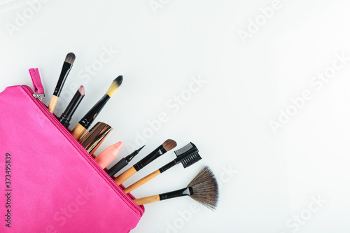 Papel de parede set of makeup brushes in a pink cosmetic bag top view on white background