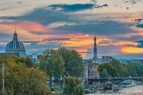 Carta da parati Eiffel tower and Institut de France at sunset, Paris