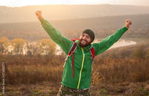 Fotografía Excited hiker in autumn countryside