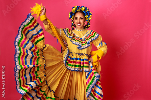 Bailarina vestida en traje tradicional folclórico mexicano amarillo en fondo ros Fototapet
