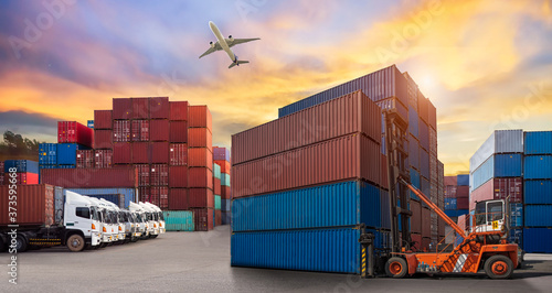 forklift handling container box loading to truck in import export logistic, Busi Fototapet
