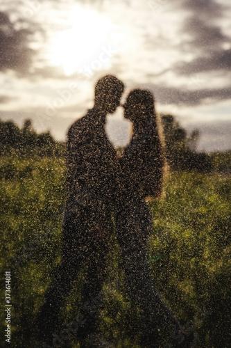 Foto Defocused couple in love in the field on beautiful sky background