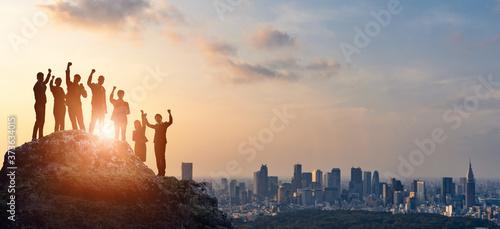 Tela サクセスイメージ 頂上に立つ人々