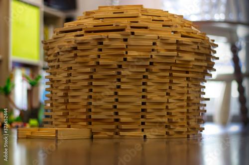Obraz na plátně Tour construite en planchettes de bois avec le jeu de construction Kapla