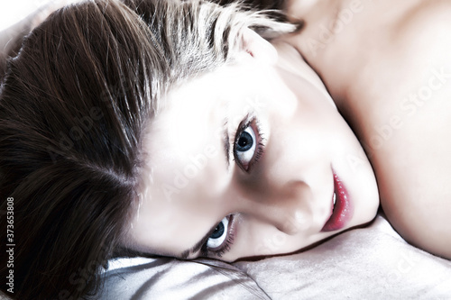 Obraz na plátně Gros plan glamour sur le visage d'une jeune femme aux épaules dénudées et allong