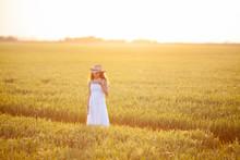 Mujer Con Vestido Blanco Y Som...