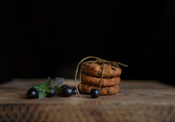 currant berries and oatmeal cookies are on the table